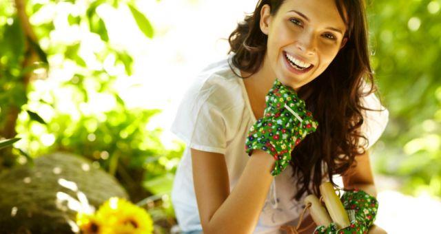 A jardinagem está entre as atividades que te ajudam a fazer algo prazeroso e ao mesmo tempo gastar energia no verão.